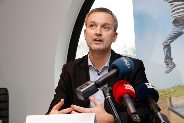 Geert Asman (PVDA) stelt de nieuwe coalitie van Zelzate voor op een persconferentie.