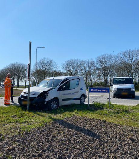 Bestuurster gewond door botsing van bestelbusjes op kruising van Duikerweg in Zeewolde