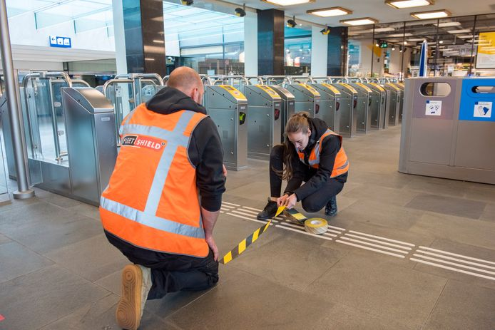Linten en stickers worden aangebracht op station Eindhoven.
