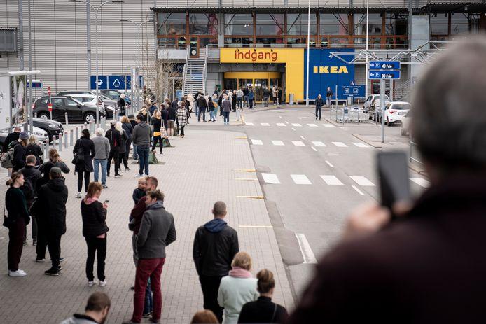 Een wachtrij voor de Ikea in het buitenland.