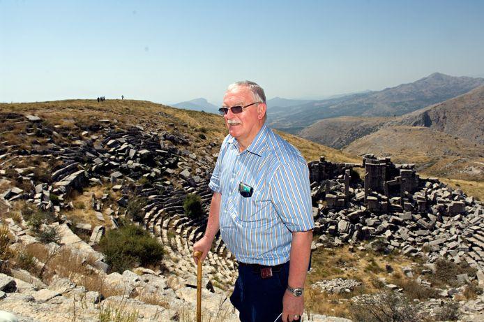 Een foto van Marc Waelkens in 2006, in de Turkse antieke stad Sagalassos.