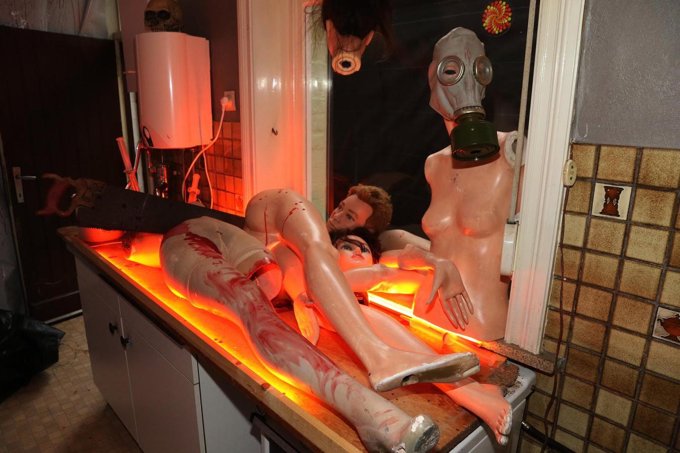 Tijdens je dooltocht door het spookhuis kom je ook afgezaagde ledematen tegen.
