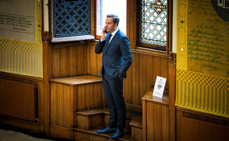 Demissionair Minister Hugo de Jonge van Volksgezondheid, Welzijn en Sport (CDA) aan de telefoon in de Ridderzaal.  Beeld Freek van den Bergh / de Volkskrant