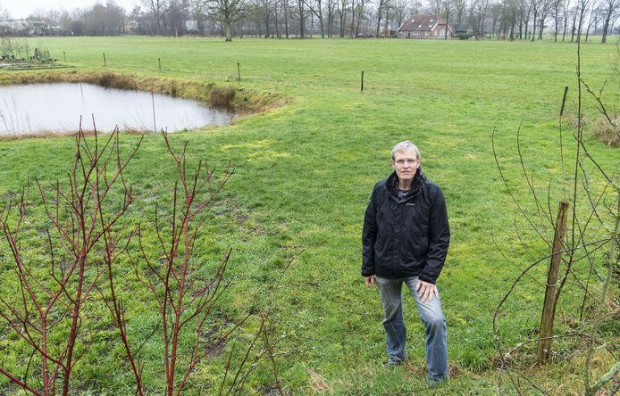 Peter van Heek thuis in de achtertuin. Wie 60 vierkante meter over heeft heeft genoeg ruimte voor een 'uuthuuske' in houtskeletbouw.