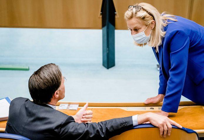 Mark Rutte (VVD) en Sigrid Kaag (D66) tijdens het debat in de Tweede Kamer over het eindverslag van informateur Hamer.