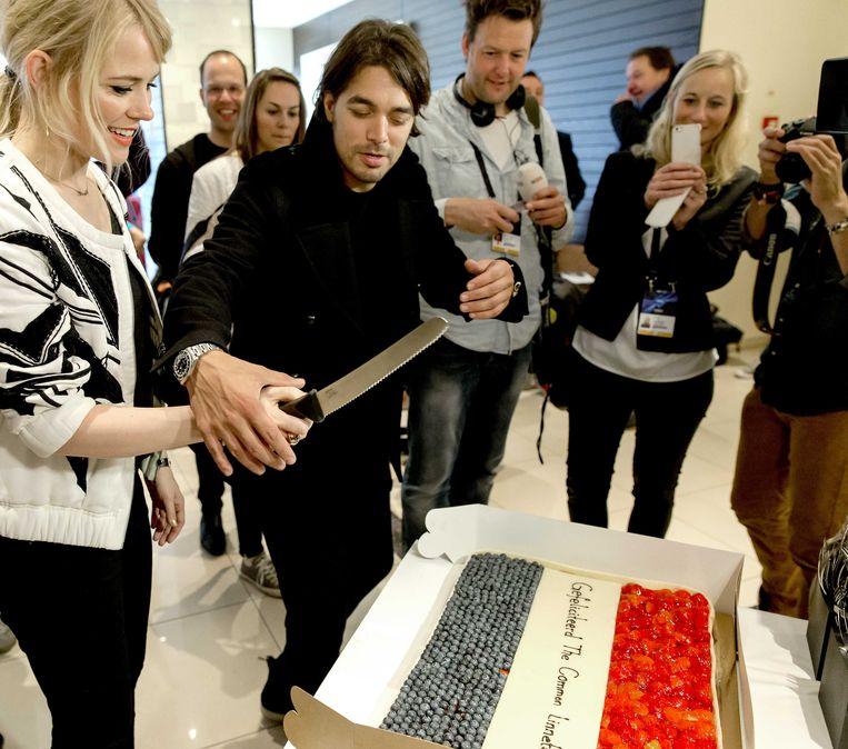Waylon en Ilse DeLange snijden een taart aan tijdens het radioprogramma Gouden Uren van Radio 2 in het Deense Kopenhagen. Beeld ANP Kippa