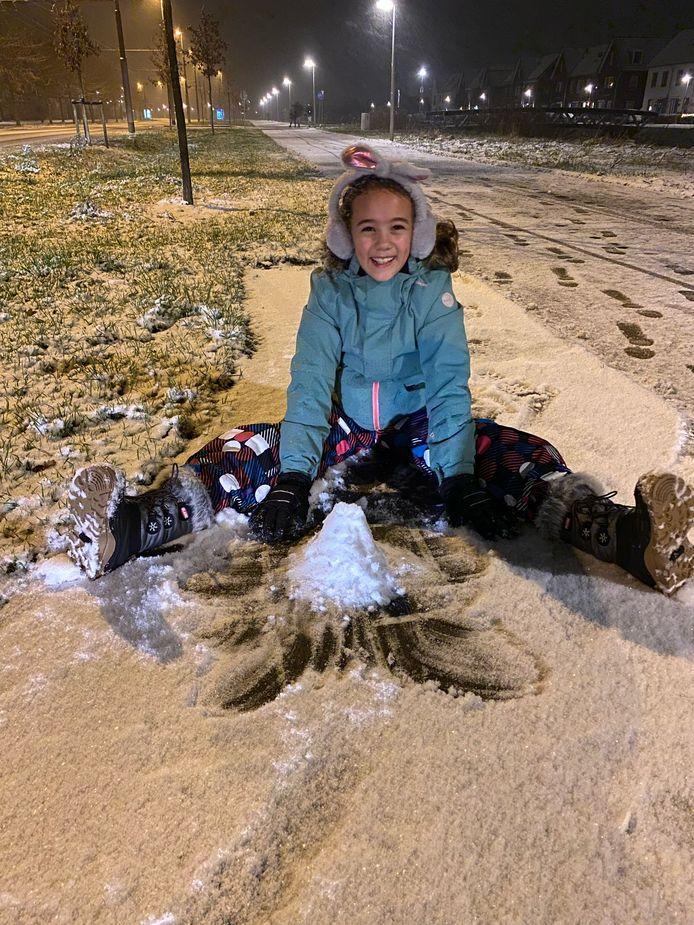 Dochter Hannah had dikke pret in de sneeuw. Vooral papa en mama bekogelen in Arnhem Zuid - Schuytgraaf.