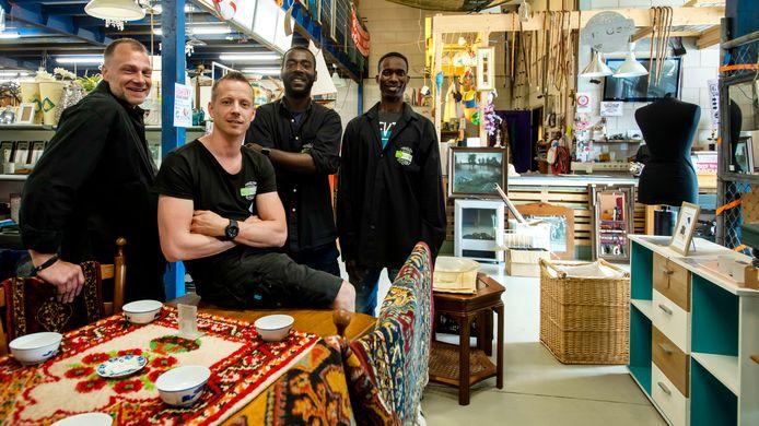 Tim Zuman, tweede van links, met enkele van zijn medewerkers in de kringloopwinkel van Re-Use.
