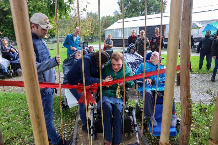 Bewoners Jeroen en Jan mochten de belevingstuin bij Severinus in Veldhoven openen.