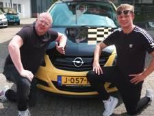 Dennis Schouten en Jan Roos kopen nieuwe auto voor Tukkertje Lorenzo uit Hengelo: 'Dit vind ik mooi'
