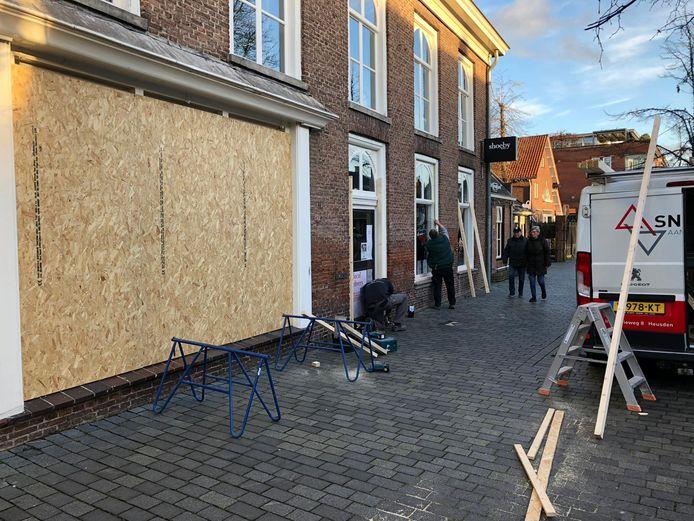 Ondernemers in Schijndel beschermen preventief hun winkels na geruchten over rellen.