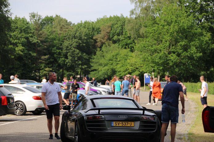 Autofestijn bij Apenheul in Apeldoorn trekt naast inzittenden veel bekijks.