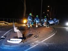 Bestuurder onder invloed van alcohol rijdt lantaarnpaal uit de grond en belandt op de kop op de weg