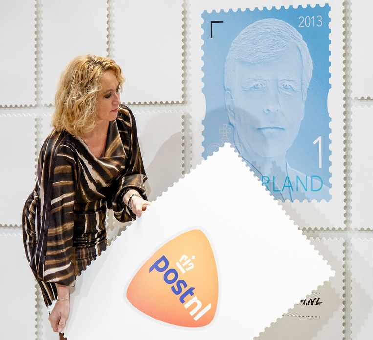 2013-11-27 DEN HAAG - Herna Verhagen, bestuursvoorzitter van PostNL, onthult het eerste exemplaar van de nieuwe permanente koningspostzegel van PostNL. Een nieuwe vorst een nieuwe zegel, is een traditie bij het postbedrijf. ANP ROYAL IMAGES ROBIN VAN LONKHUIJSEN Beeld ANP