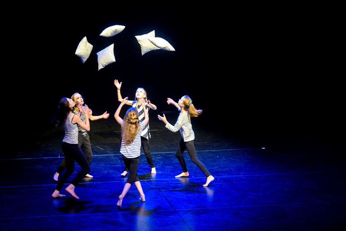 Danseresjes van dansschool De Voogd gaven zondagmiddag een voorstelling in Theater Speelhuis in Helmond.