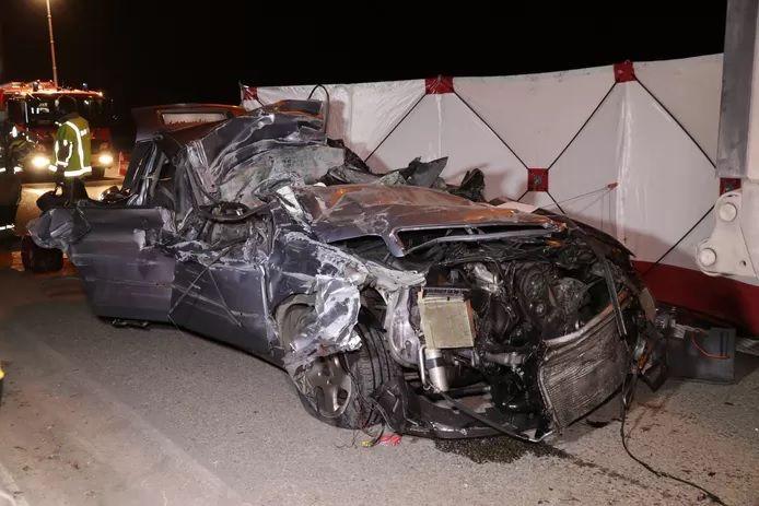 L'automobiliste et sa passagère n'ont pas survécu à l'impact.