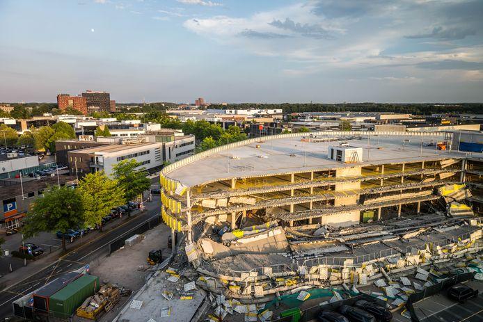 Ravage bij de nieuwe parkeergarage bij Eindhoven Airport in 2017. Een deel van de parkeergarage in aanbouw is ingestort.