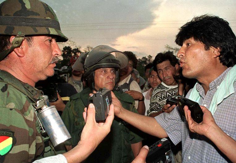 In september 2000 sprak Morales als vertegenwoordiger van de Boliviaanse cocaboeren het leger toe. Beeld AFP