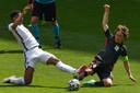 Jude Bellingham (l) in duel met Luka Modric.