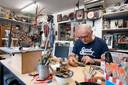 Op de begane grond heeft beeldend kunstenaar Henk zijn atelier.