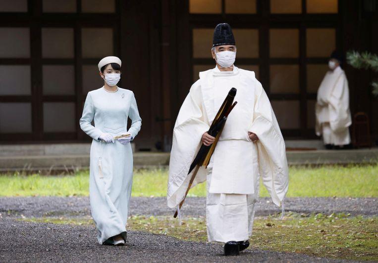 De Japanse prinses Mako, dochter van kroonprins Akishino en kroonprinses Kiko,  is onderweg om te gaan bidden in de aanloop naar haar huwelijk met Kei Komuro,  op 26 oktober in Tokio. Omdat Komuro een burger is, zal de 29-jarige Mako,  kleindochter van voormalig keizer Akihito, haar titel verliezen. Foto Reuters Beeld REUTERS