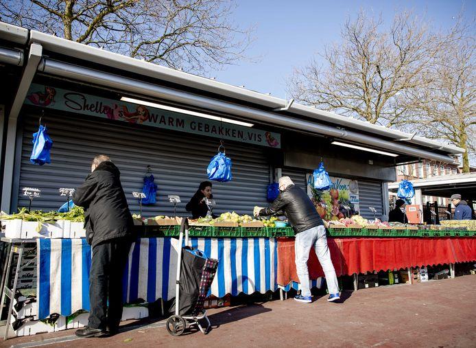 Veel Haagse marktkooplieden moesten hun kraampjes sluiten vanwege corona. Een deel mocht wel openblijven. Via de nieuwe website Lokale Markten kunnen bezoekers de marktwaar nu ook thuis laten bezorgen.