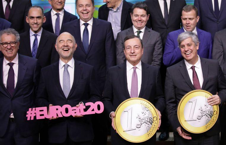 De euro wordt vandaag twintig jaar. Tweede van rechts is de president van de Europese Centrale Bank, Mario Draghi.