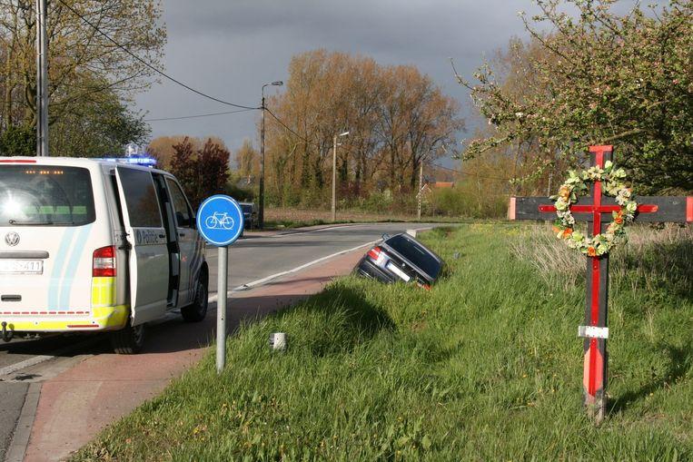 Aan het kruispunt stond lange tijd een kruis uit medeleven met de talrijke verkeersslachtoffers die er al vielen.