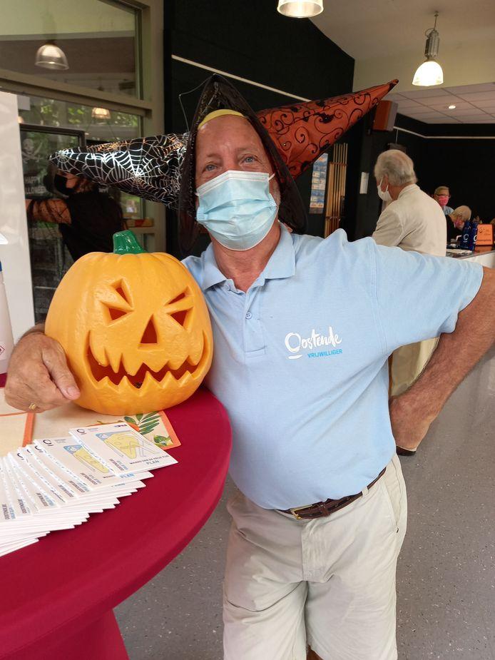 Jean-Pierre Willaert (72) helpt als vrijwilliger mee op het halloweenfeestje in OC De Schaperye
