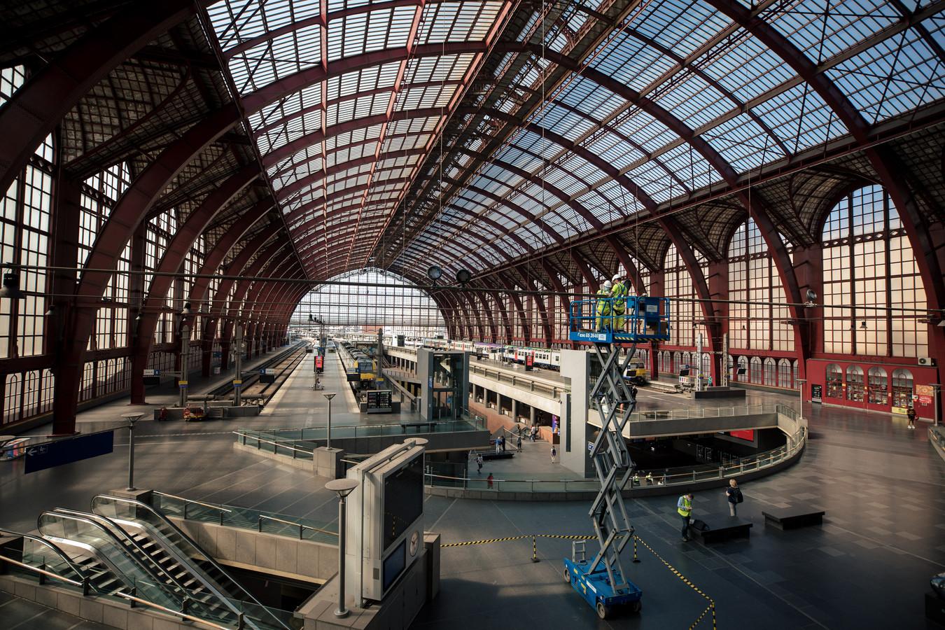 De lampen van het Centraal Station in Antwerpen worden vervangen door led.
