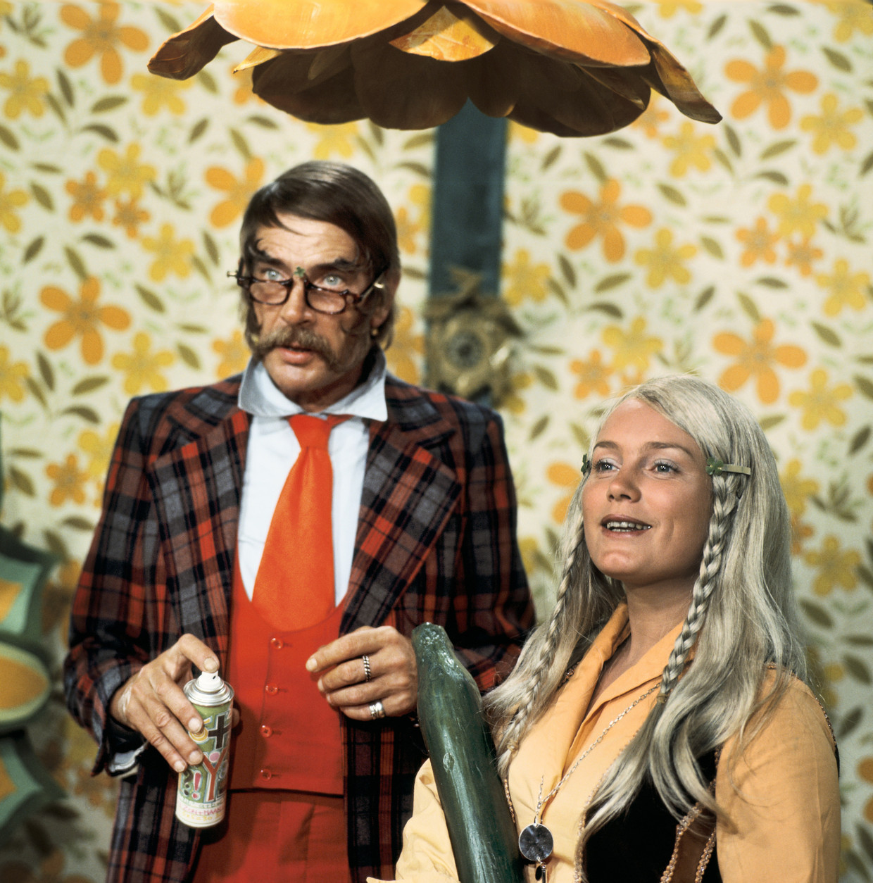 Tita Tovenaar Ton Lensink en Maroesja Lacunes als zijn dochter Tika, 1974. Beeld ANP Kippa