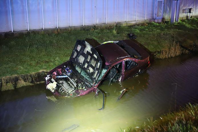 Aan de Van Elswijkbaan in Poeldijk is maandagavond een auto te water geraakt.