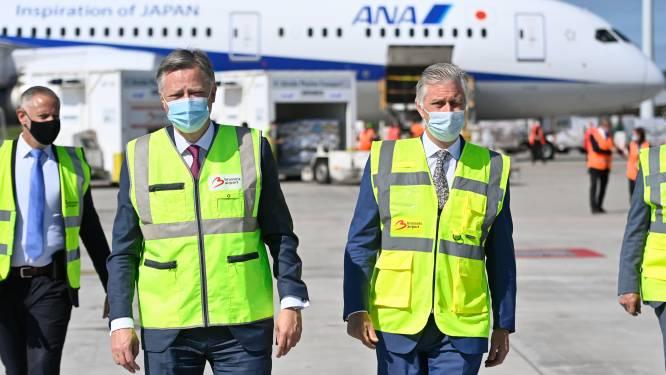 Koning Filip brengt bezoek aan door corona zwaar getroffen luchthaven
