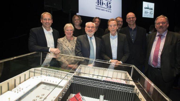 De persvoorstelling van 40-45 (vlnr): Gert Verhulst, Karin en Fernand Huts, Will Tura (componist van de musical), Hans Bourlon en burgemeester van Beveren Marc Van de Vijver. Beeld photo_news