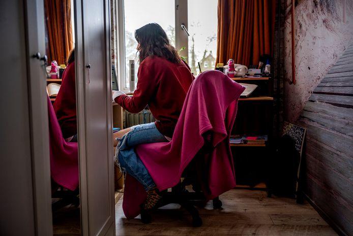 De 13-jarige gymnasiumleerling Niobe is mentaal in de knoei geraakt door corona. Tijdens de eerste lockdown voelde ze zich zo eenzaam, dat haar moeder toen de scholen weer sloten is gestopt met werken als vrachtwagenchauffeur en in de thuiszorg.