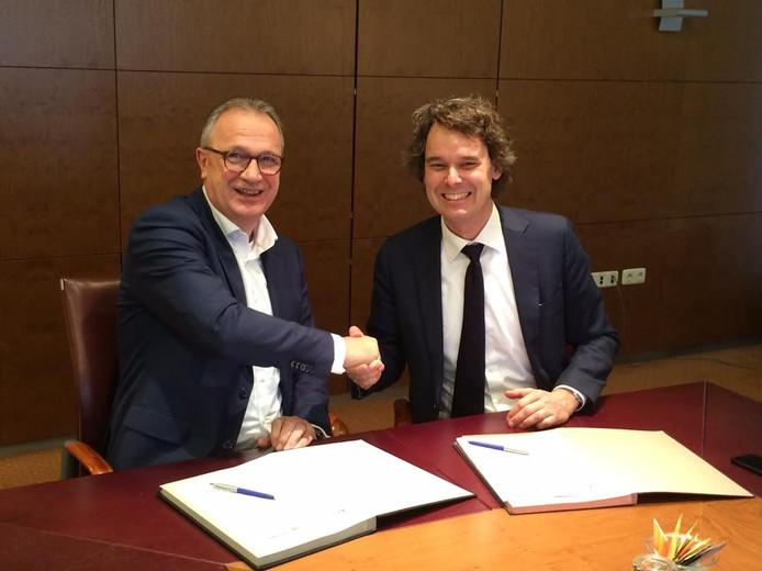 Wethouder Jan Goijaarts (links) en aannemer Martin Beukeboom van Dura Vermeer uit Rosmalen/