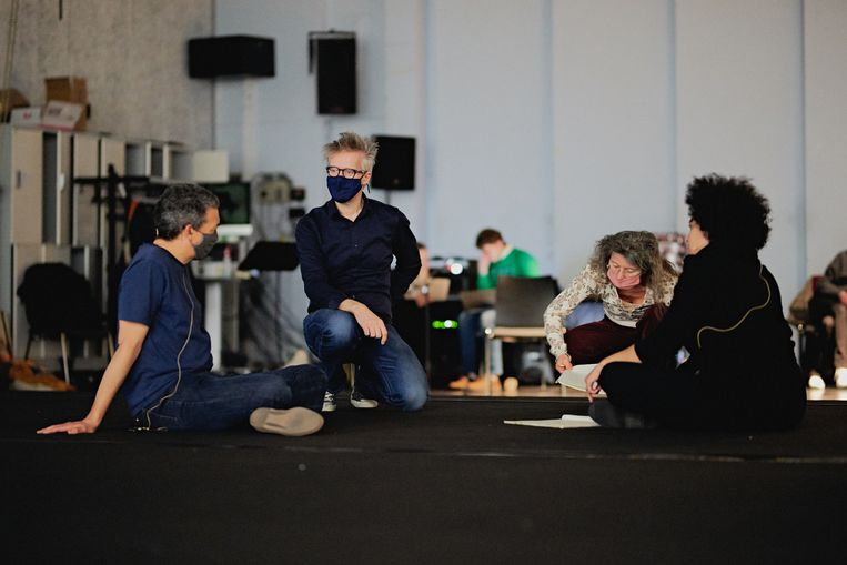 Michel van der Aa (tweede van links) tijdens de repetities van Upload bij DNO. Beeld Milagro Elstak.