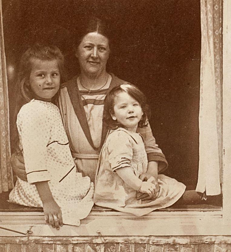 Hannie (oorspronkelijke naam Jo) Schaft (rechts) met haar moeder Aafje en oudere zus Annie. Beeld  Noord-Hollands Archief