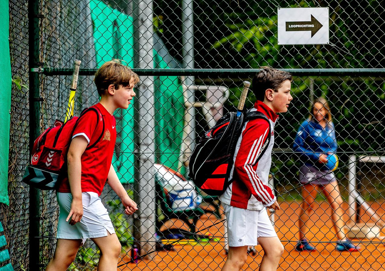 Ook de jeugd mag weer tennissen.