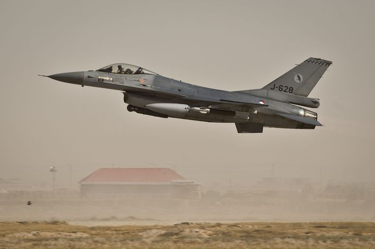 Een Nederlandse F-16 boven  Mazar-e-Sharif. Beeld ANP