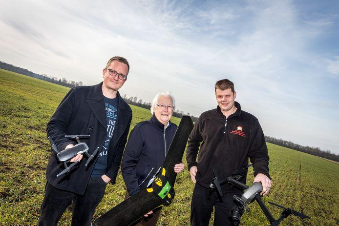 Vlnr: Paul van Zoggel (coördinator Praktijkcentrum), Rob van Heeswijk (luchthavenmeester) en Jacob van den Borne met enkele drones op het terrein aan de Postelsedijk in Reusel.