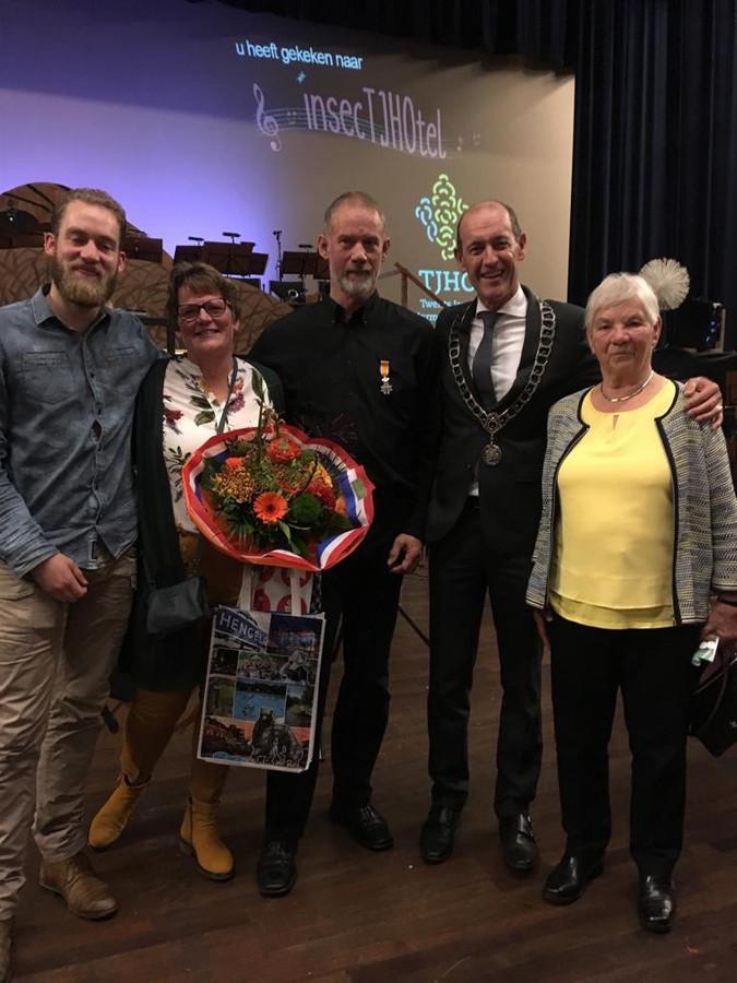 Erik Smink (in het midden met rechts naast hem burgemeester Schelberg)werd gisteravond koninklijk onderscheiden.