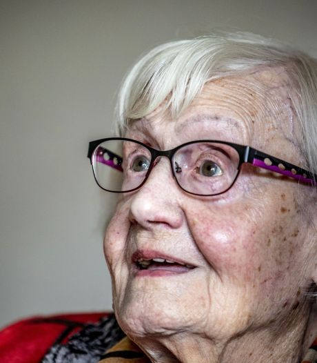 Felicitaties voor Oldenzaalse oudste, de 104-jarige Thea Oude Elferink