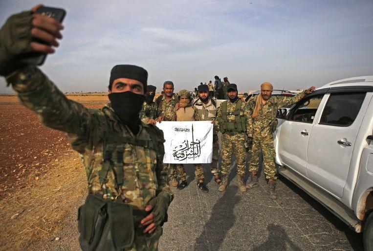 Pro-Turkse Syrische strijders maken zich op voor de strijd tegen de Syrisch-Koerdische YPG-militie in het noorden van Syrië.  Beeld AFP