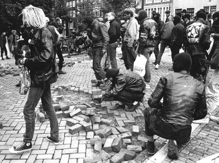 Sympathisanten van de tot 5 jaar veroordeelde RaRa-verdachte Rene Roemersma gooien na de uitspraak in de buurt van het Paleis van Justitie met stenen. (1988)  Beeld ANP