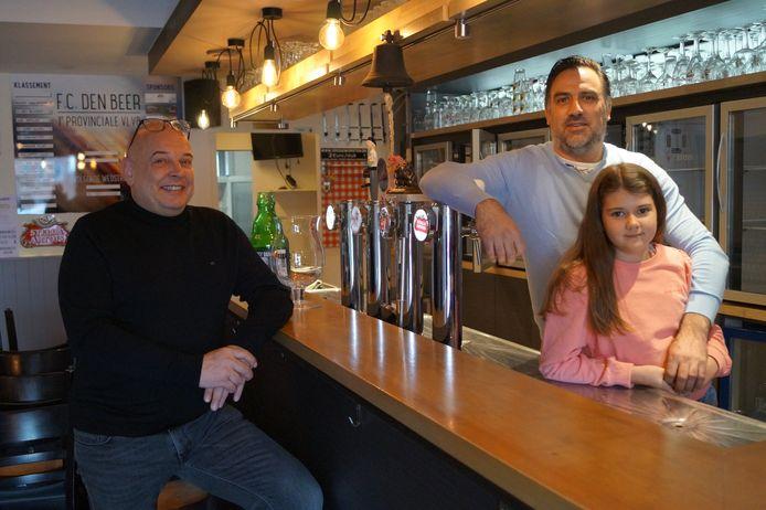 Hein 'Hoppie' Dekiere neemt café Den Beer over van Niki Werbrouck. Na de sluiting van 't 25ste uur heeft Hein er daardoor opnieuw twee cafés onder zijn hoede. Niki zal wat meer tijd doorbrengen met dochter Estelle, maar blijft wel werken in het café.