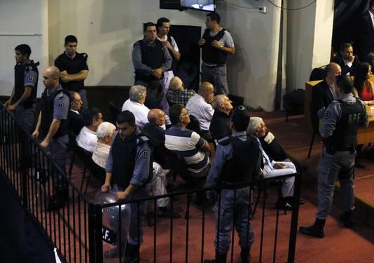 Enkele van de 21 verdachten in de rechtszaal.