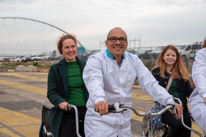Moleculair bioloog Erwin van Wijk en Ivonne Bressers op de tandem.