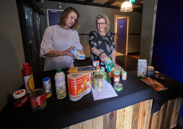 Stichting WIJ Heesch start in juli met een voedseluitgiftepunt in De Pas in Heesch. Ingrid ten Broeke en Arianne van de Gein van de vrijwilligersstichting zijn vandaag begonnen met inrichten van het uitgiftepunt.