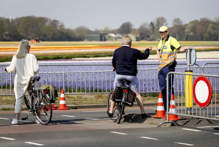 Lokale wegen in de Bollenstreek moesten halverwege deze maand worden afgezet om de vele dagjesmensen tegen te houden die eropuit trokken ondanks de coronamaatregelen. Beeld ANP